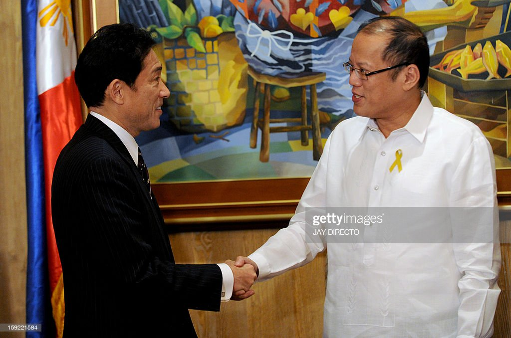 Philippine President Benigno Aquino (R) welcomes Japanese Foreign Minister Fumio Kishida during his courtesy call in Malacanang Palace in Manila on January 10, 2013. Japanese Foreign Minister Fumio Kishida called on January 10 for stronger ties with the Philippines to help ensure regional peace, amid tense territorial disputes by both countries with a rising China. AFP PHOTO / Jay DIRECTO