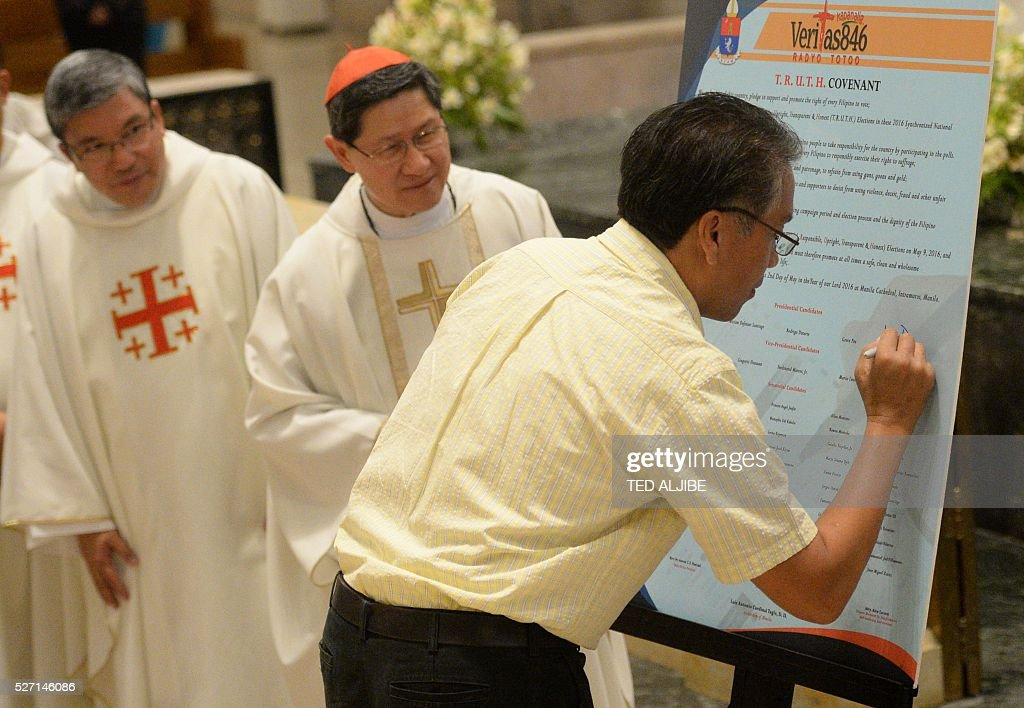 Philippine Presidential candidate former interior secretary Mar Roxas signs the covenant for a clean election during a ceremony inside the Manila...