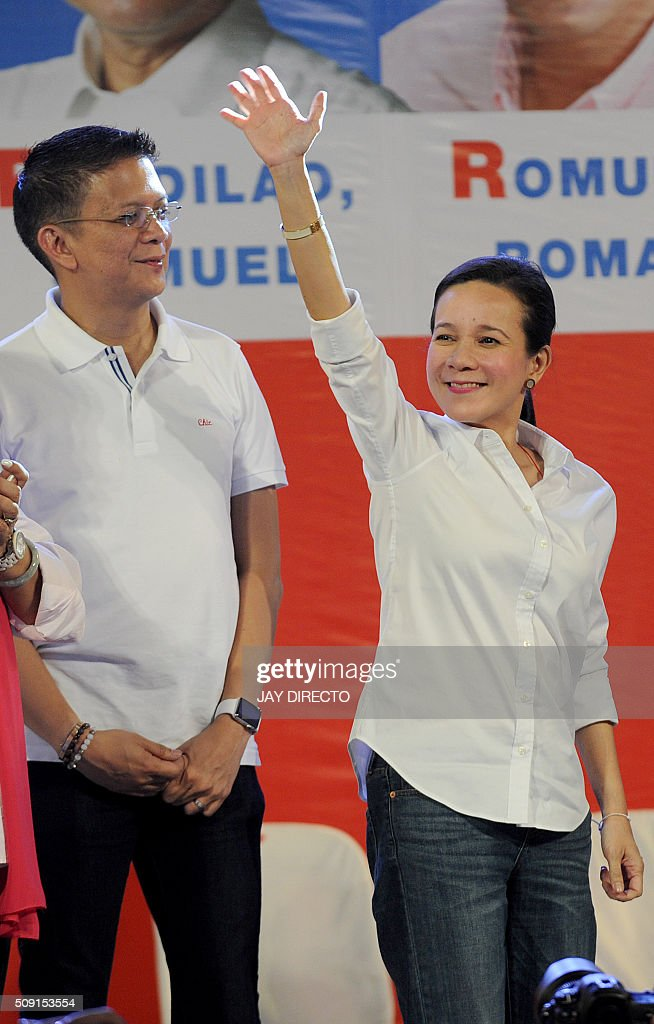 Philippine presidential candidate Grace Poe (R) next to her running mate Senator Francis 'Chiz' Escudero greet supporters as they launch their campaigns for the May national elections in Manila on February 9, 2016. A cliffhanger race to lead the Philippines began February 9, with the adopted daughter of a dead movie star and a tough-talking politician who claims to kill criminals among the top contenders. AFP PHOTO / Jay DIRECTO / AFP / JAY DIRECTO