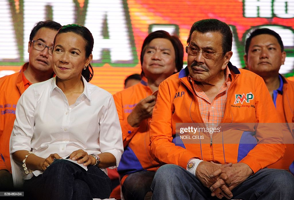 Philippine Presidential candidate Senator Grace Poe (L) sits beside Former Philippine President and Manila Mayor Joseph Estrada during Estrada's Meeting de Avance in in Manila on May 5, 2016. / AFP / NOEL