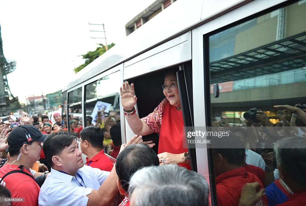 Philippines' former first lady Imelda Marcos waves to the crowd as she arrives for her son vice-presidential candidate Ferdinand Marcos Jnr's 'miting-de-avance' in Manila on May 5, 2016. / AFP / TED