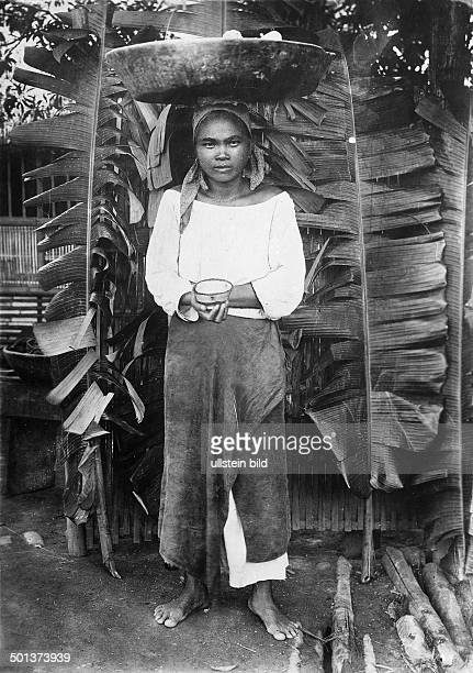 Philippines Manila saleswoman offers banana cake probably in the 1910s