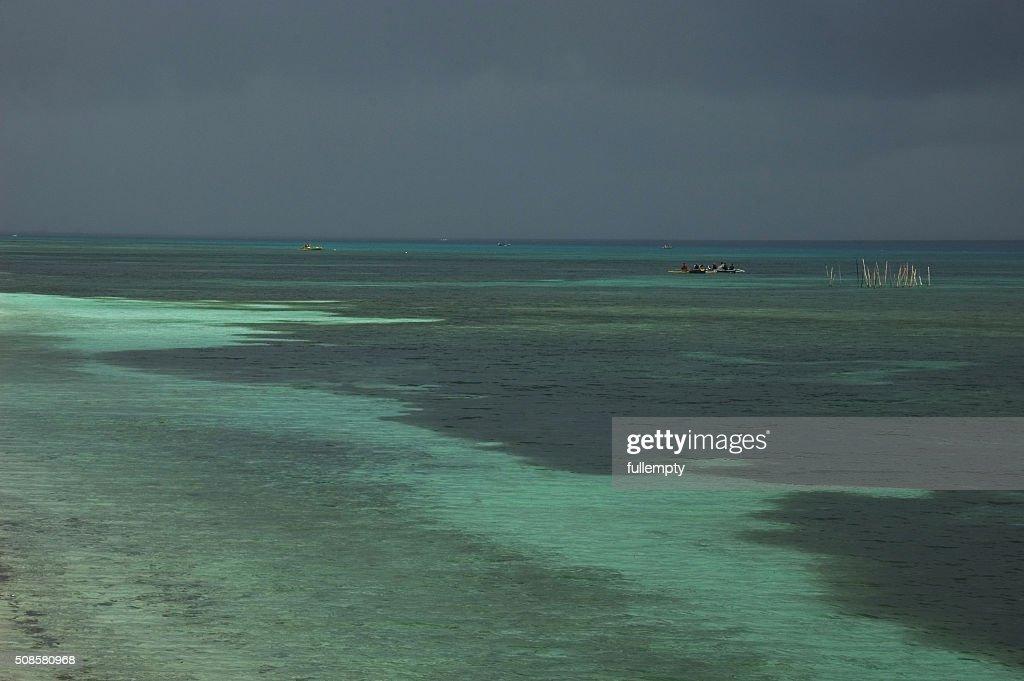 Philippinische Meer und Fischer Mann auf moonson Sturm : Stock-Foto
