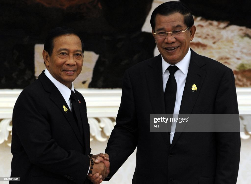 Philippines' vice president Jejomar Binay (L) shakes hands with Cambodian Prime Minister Hun Sen (R) during a meeting at the Peace Palace in Phnom Penh on February 3, 2013. Jejomar arrived here to pay his respects and attend the funeral of the late former King Norodom Sihanouk ahead of his cremation on February 4.