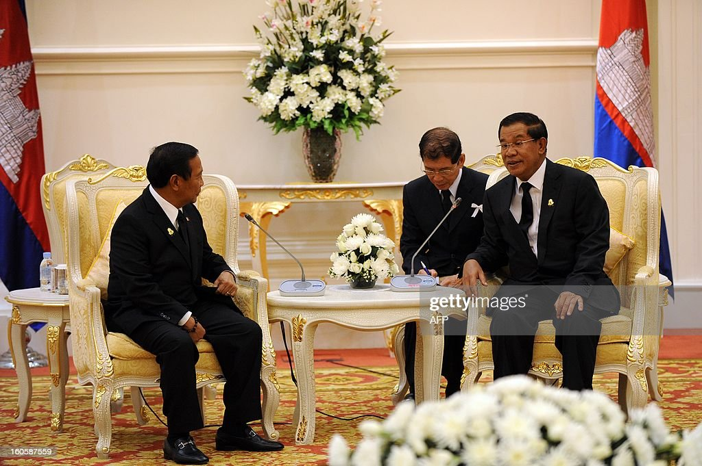 Philippines' vice president Jejomar Binay (L) talks with Cambodian Prime Minister Hun Sen (R) during a meeting at the Peace Palace in Phnom Penh on February 3, 2013. Binay arrived here to pay his respects and attend the funeral of the late former King Norodom Sihanouk ahead of his cremation on February 4.