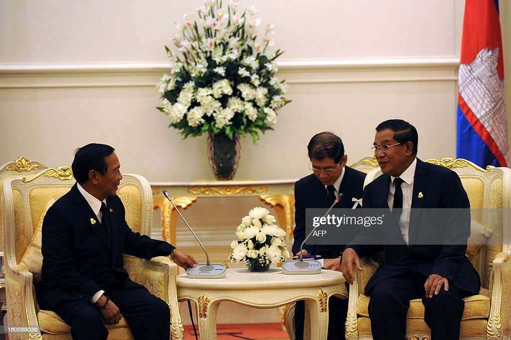 Philippines' vice president Jejomar Binay (L) talks with Cambodian Prime Minister Hun Sen (R) during a meeting at the Peace Palace in Phnom Penh on February 3, 2013. Binay arrived to pay his respects and attend the funeral of the late former King Norodom Sihanouk ahead of his cremation on February 4.