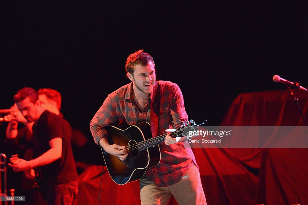 <a gi-track='captionPersonalityLinkClicked' href=/galleries/search?phrase=Phillip+Phillips&family=editorial&specificpeople=1651494 ng-click='$event.stopPropagation()'>Phillip Phillips</a> performs onstage at Food Network In Concert on September 20, 2014 in Chicago, United States.