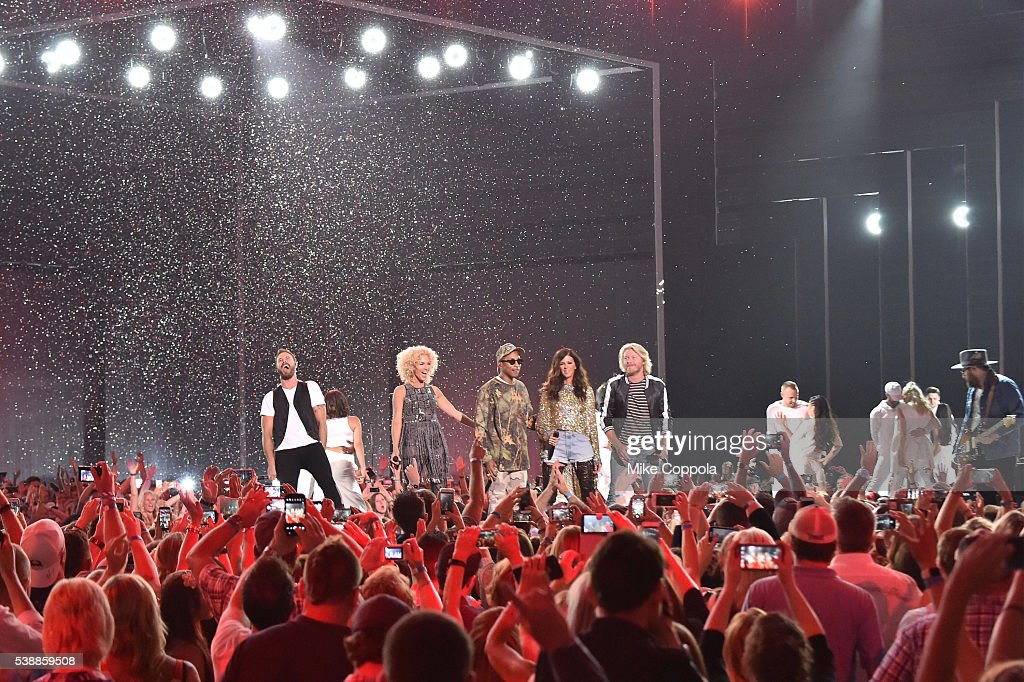 Phillip Sweet Karen Fairchild Kimberly Schlapman and Jimi Westbrook from musical group Little Big Town and musician Pharrell Williams perform onstage...