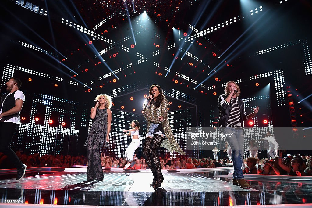 Phillip Sweet Karen Fairchild Kimberly Schlapman and Jimi Westbrook from musical group Little Big Town perform onstage during the 2016 CMT Music...