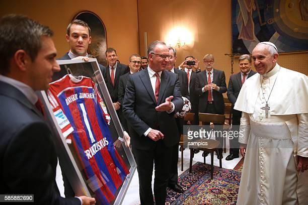 Phlipp LAHM FC Bayern München Manuel Neuer Bayern München Vorstandsvorsitzender Karl Heinz Rummenigge FC Bayern München überreichen ein FC Bayern...