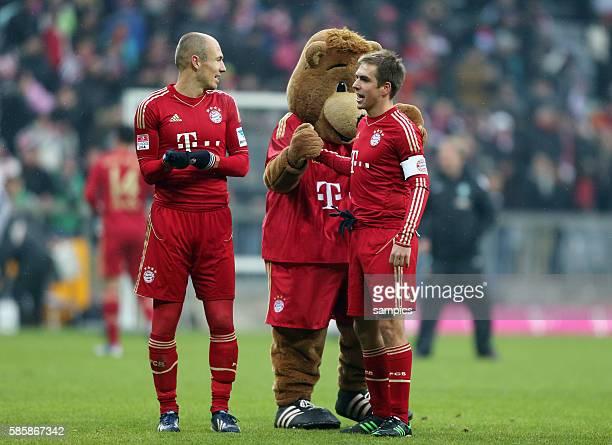 Phlipp LAHM FC Bayern München mit Maskottchen Bernie und Arjen ROBBEN FC Bayern München 1 Bundesliga Fussball FC Bayern München Werder Bremen 61...