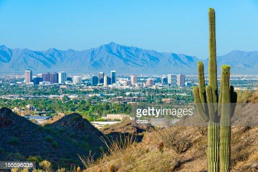 Panorama de Phoenix, entouré de cactus saguaro et de montagnes du désert