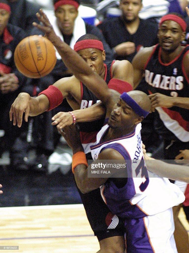 Phoenix Suns forward Clifford Robinson C defend