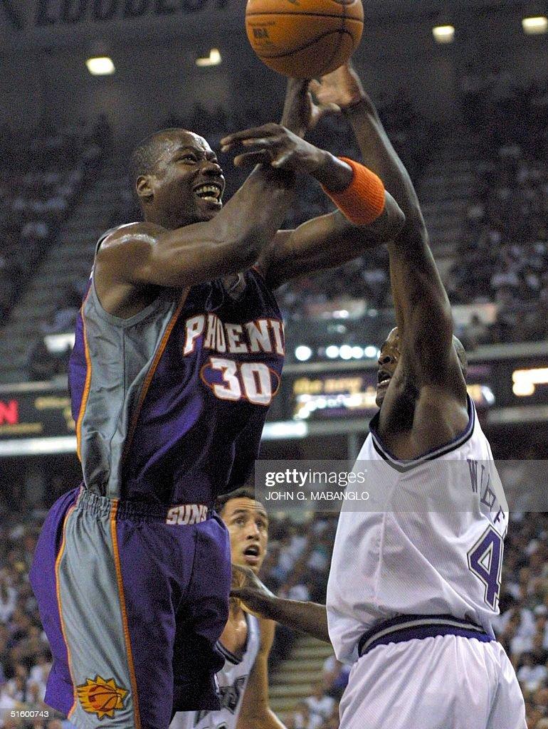 Phoenix Suns forward Clifford Robinson L tries t