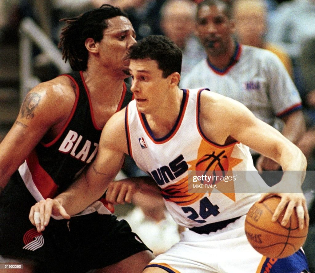 Phoenix Suns forward Tom Gugliotta R tries to mo