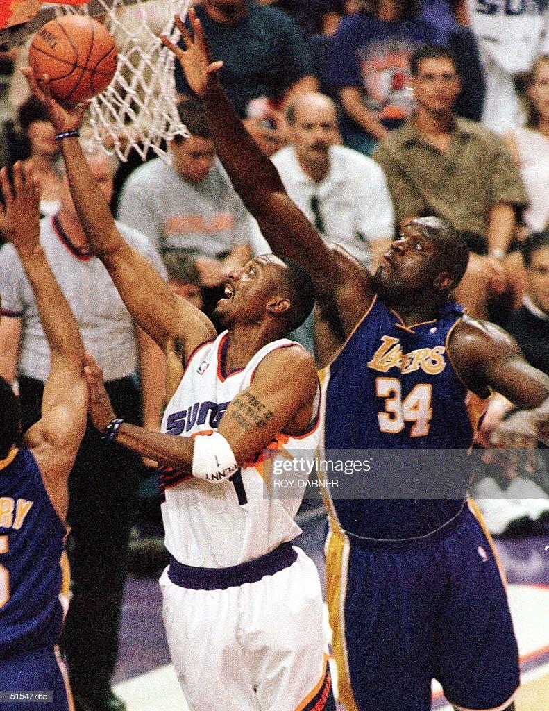 Phoenix Suns guard Anfernee Hardaway L lays up a