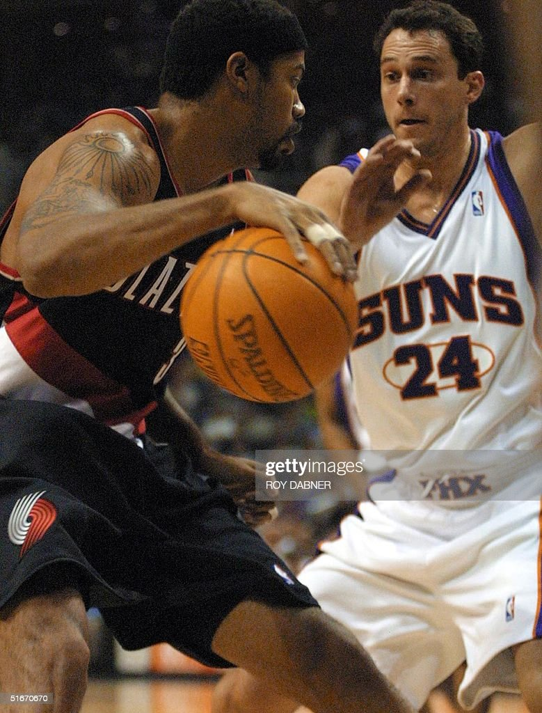 Phoenix Suns Tom Gugliotta R defends Portland T