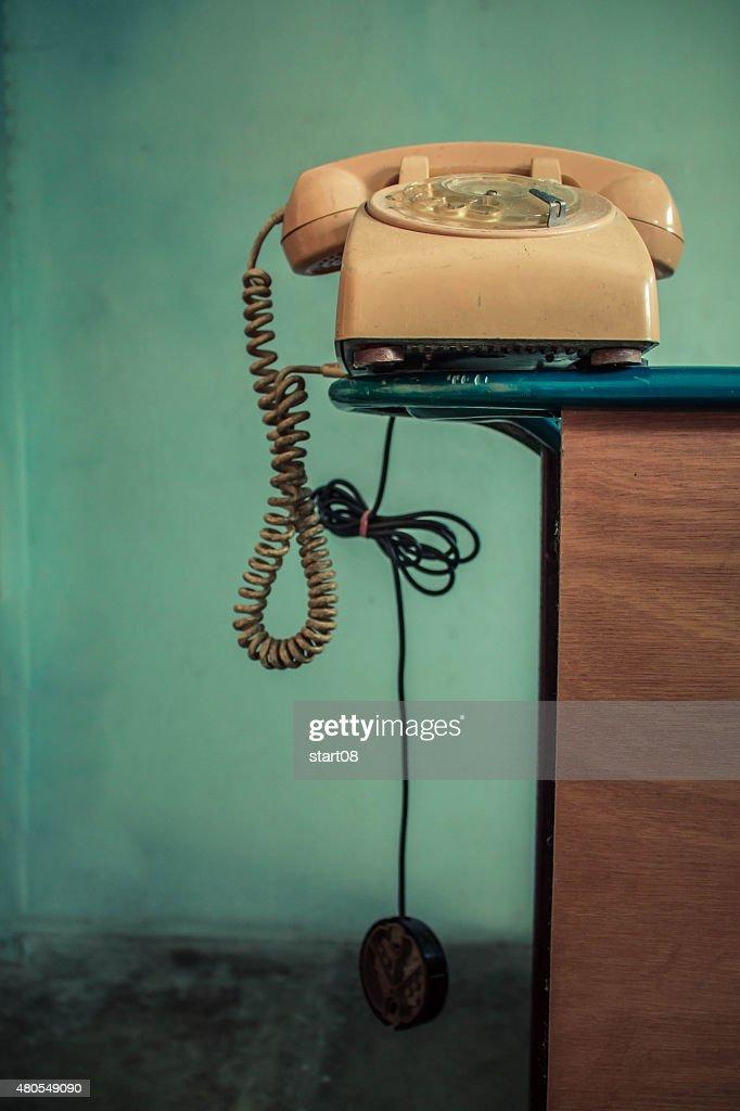 Teléfono sobre la baranda : Foto de stock