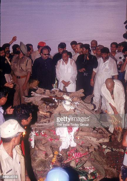 Phoolan Devi body resting in peace Ama Singh and Mulayam Singh Yadav paying last respects to her