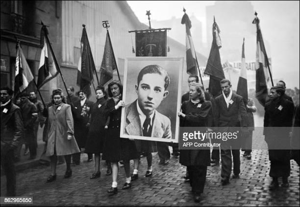 Photo circa 1945 montrant de jeunes manifestants de gauche portant un portrait de Guy Môquet 17 ans un jeune militant communiste exécuté par les...