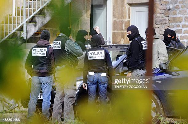 Photo d'archives montrant des officiers de la police judiciaire prise le 11 novembre 2008 où neuf personnes du 'groupe de Tarnac' ont été mises en...
