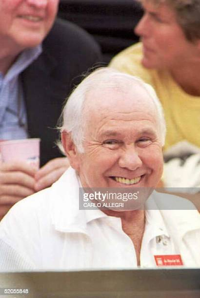 Photo dated 17 August 1995 of retired talk show host Johnny Carson and his wife Alex watch a tennis match between Mary Pierce of France and Martina...