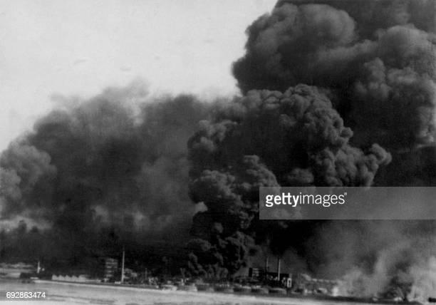 Photo de l'incendie des réservoirs de pétrole de Dunkerque auxquels les alliés ont mis le feu avant de s'embarquer le 4 juin 1940 afin qu'ils ne...