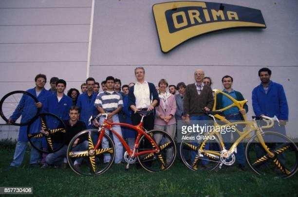 Photo de toute l'equipe de l'entreprise dromoise Corima specialisee dans les velos de competition en novembre 1993 en France