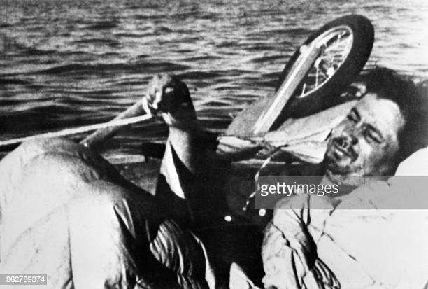 Photo du médecin et biologiste français Alain Bombard prise en 1952 lors de sa traversée de l'Atlantique à bord de son canot pneumatique baptisé...
