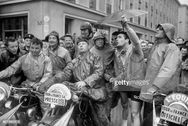 Photo d'un rassemblement des motards de presse prise en 1954 lors du Tour de France cycliste AFP PHOTO / AFP PHOTO /