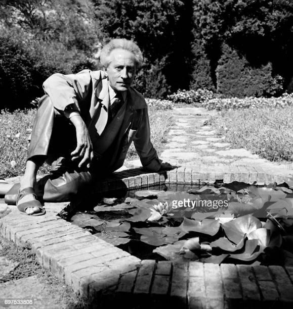 Photo non datée de l'écrivain poète cinéaste peintre et dessinateur Jean Cocteau posant dans un jardin Cocteau vécut du 5 juillet 1889 au 11 octobre...