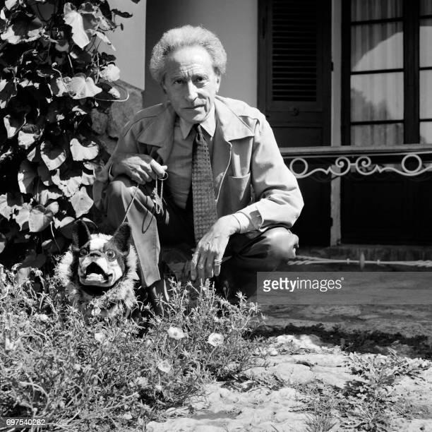 TOPSHOT Photo non datée de l'écrivain poète cinéaste peintre et dessinateur Jean Cocteau posant dans un jardin avec un chien Cocteau vécut du 5...