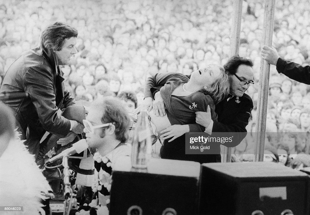 GROUND Photo of 70's and FANS and Elton JOHN, with fainting fan