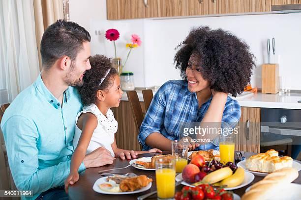 Photo d'une jeune famille heureuse d'avoir le petit déjeuner
