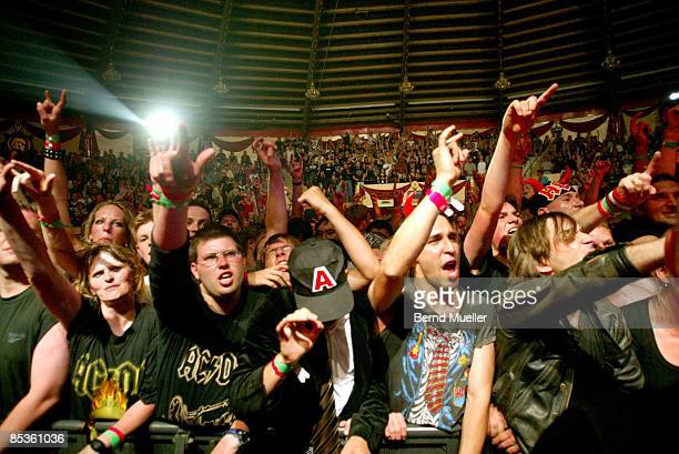 Photo of AUDIENCE Musik Rock`n Roll AC/DC live in Circus Krone Muenchen EuropaTournee 2003 live in concert Fans im Circus Krone in action Querformat