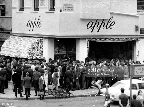 Photo of BEATLES and VENUES and APPLE BOUTIQUE Closure of the Apple Boutique crowds outside