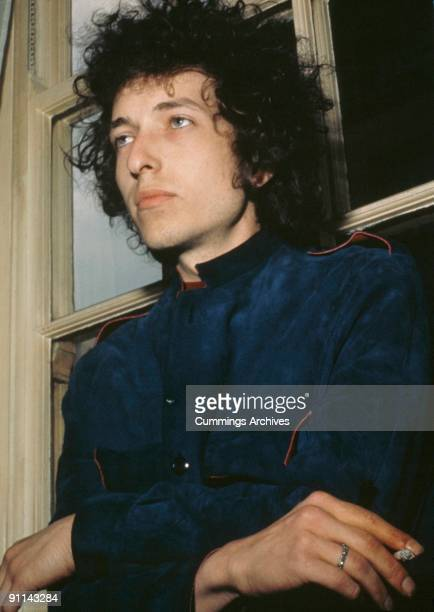 Photo of Bob DYLAN posed at Mayfair Hotel