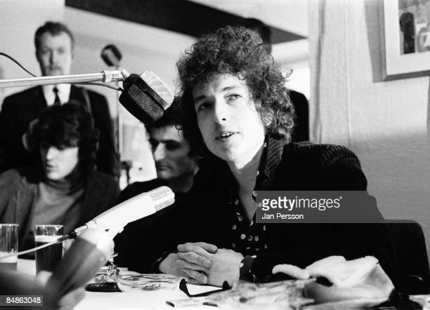 Photo of Bob DYLAN posed doing press conference