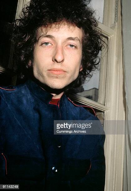Photo of Bob DYLAN posed looking to camera at Mayfair Hotel