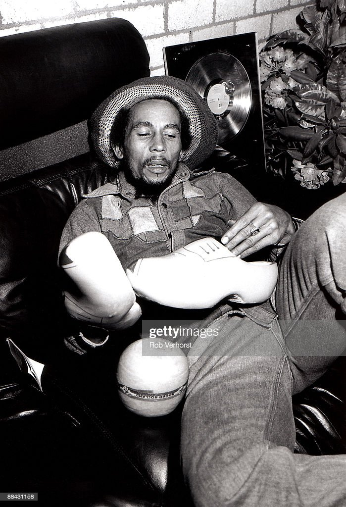 AHOY Photo of Bob MARLEY, Portrait of Bob Marley backstage, with clogs
