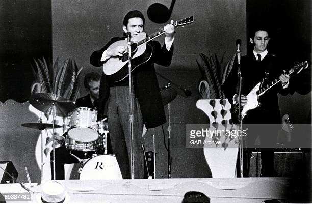 Photo of Bob Wootton and Johnny CASH Johnny Cash and Bob Wootton performing on stage