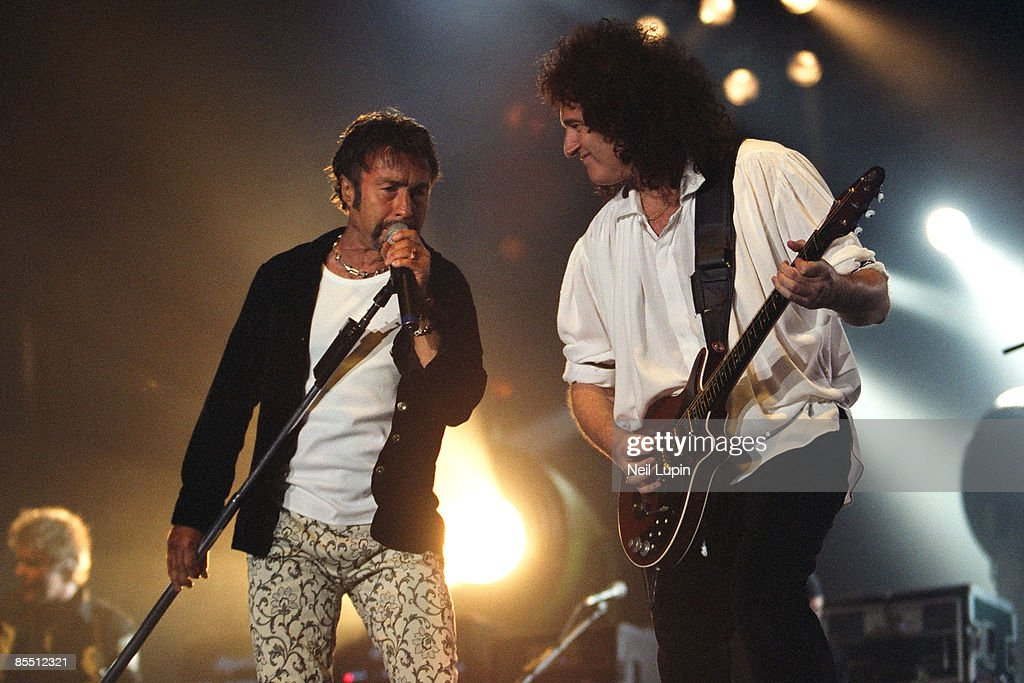 ARENA Photo of Brian MAY and Paul RODGERS and QUEEN Paul Rodgers and Brian May performing on stage