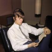Photo of David BOWIE Davie Jones posed c1965 reading book