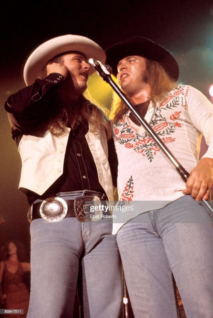 CENTER Photo of Donnie VAN ZANT and LYNYRD SKYNYRD and Ronnie VAN ZANT, Donnie Van Zant and Ronnie Van Zant performing live onstage