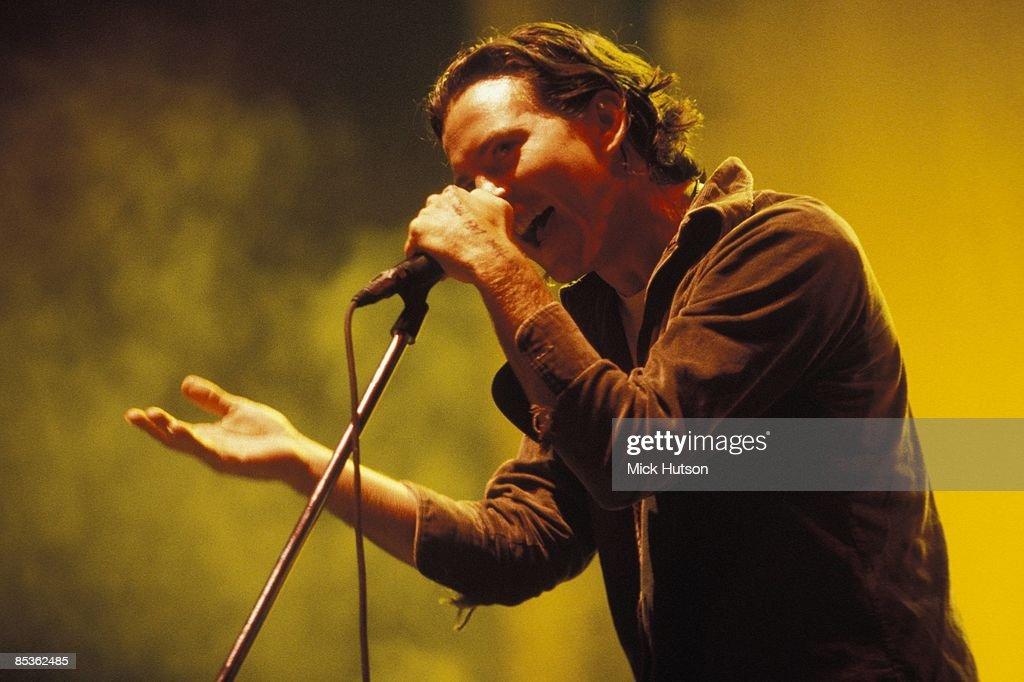 ARENA Photo of Eddie VEDDER and PEARL JAM, Eddie Vedder performing live onstage