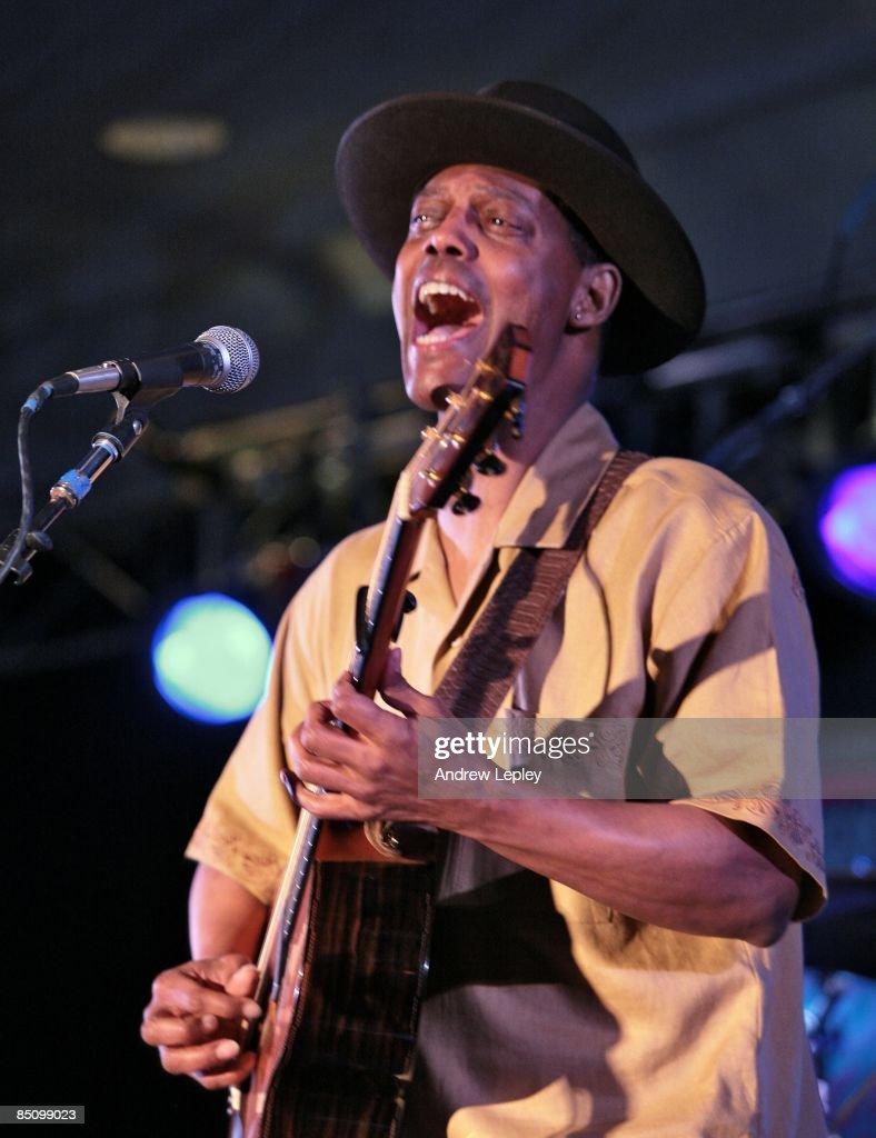FESTIVAL Photo of Eric BIBB, Eric Bibb performing on stage