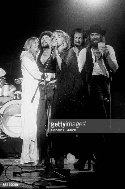Photo of FLEETWOOD MAC LR Christine McVie Lindsey Buckingham Stevie Nicks John McVie Mick Fleetwood onstage group shot