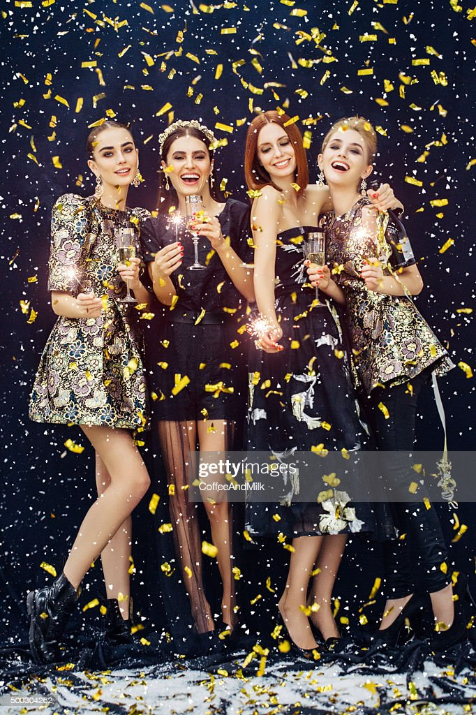 Foto von vier Lachen Mädchen Konfetti umrahmt und Schnee : Stock-Foto