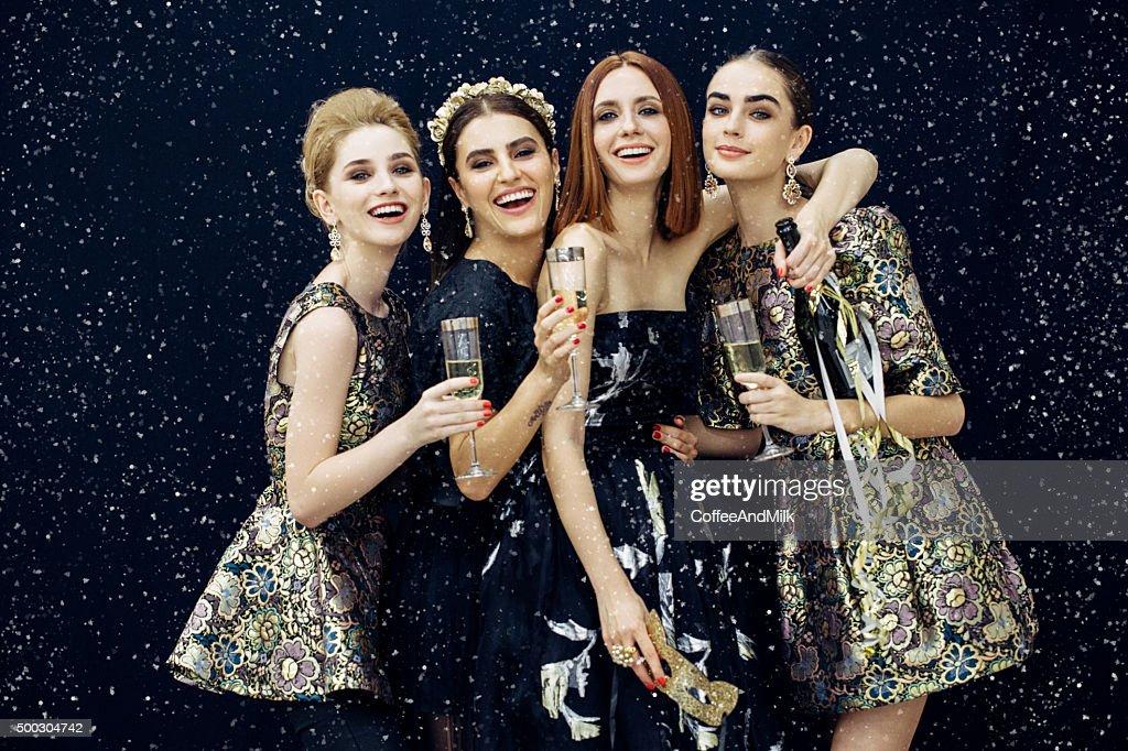 Foto von vier Lachen Mädchen verzierten Schnee : Stock-Foto