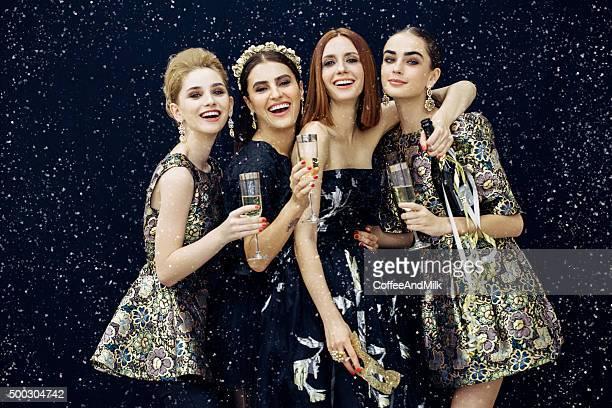 Foto de quatro raparigas a rir strewn neve